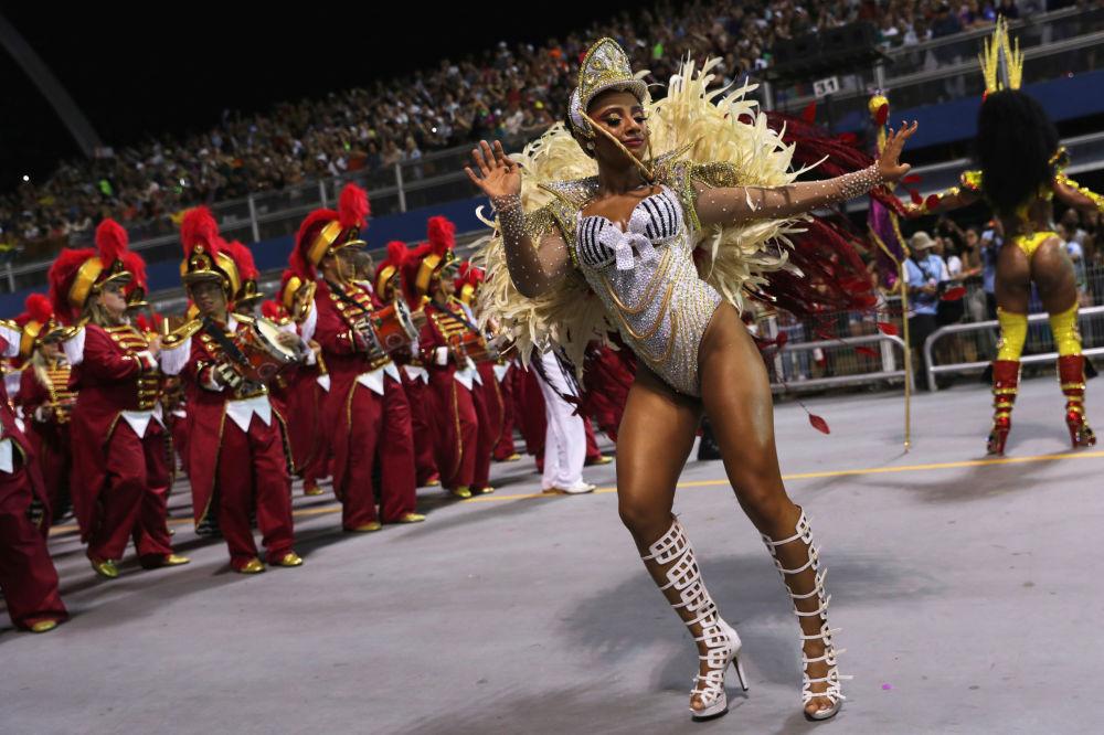 Бразильский карнавал проводится за 40 дней до Пасхи