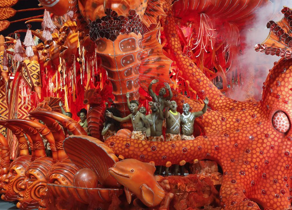 Карнавал берет начало от португальского аналога Масленицы — уличных развлечений, во время которых шалуны обливали друг друга водой, осыпали мукой и сажей