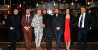 Актеры фильма Джентельмены позируют на закрытом показе в кинотеатре Alamo Drafthouse, Нью-Йорк, 11 января 2020 года