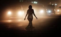 Женщина идет по дороге. Архивное фото
