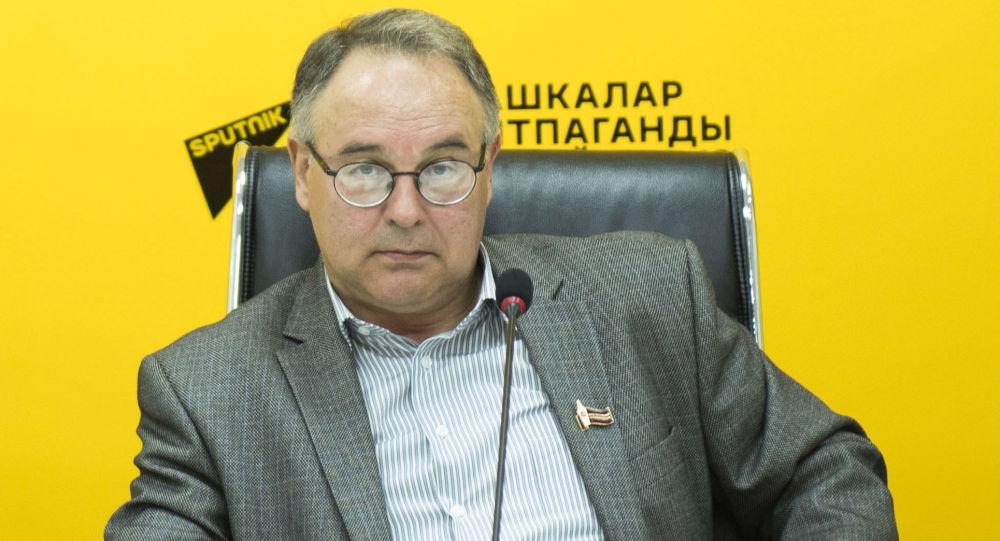 Исполнительный директор Ассоциации издателей и книгораспространителей, писатель Олег Бондаренко