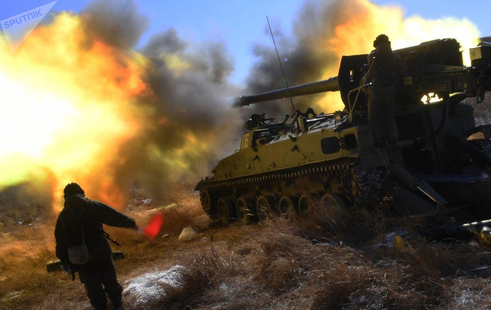 Боевые стрельбы из самоходных артиллерийских установок на полигоне Сергеевского учебного центра во Владивостоке (Россия)