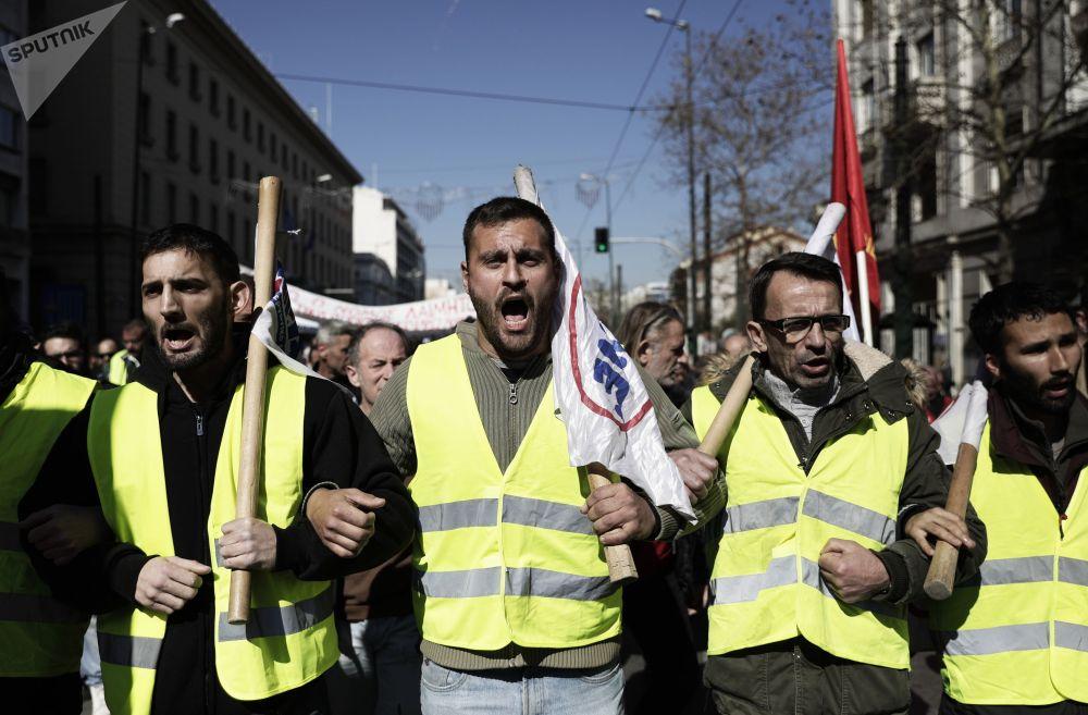Участники митинга против законопроекта об изменении социального и пенсионного обеспечения в Афинах (Греция)