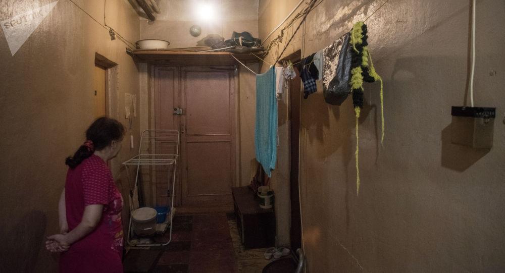 Женщина в коридоре коммунальной квартиры. Архивное фото