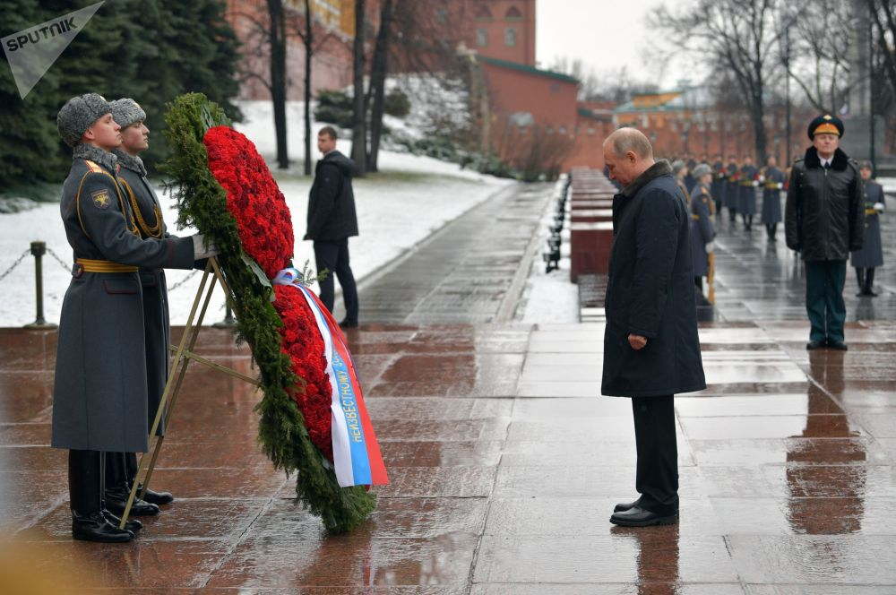 Президент РФ Владимир Путин на церемонии возложения венка к Могиле Неизвестного солдата в Москве 23 февраля