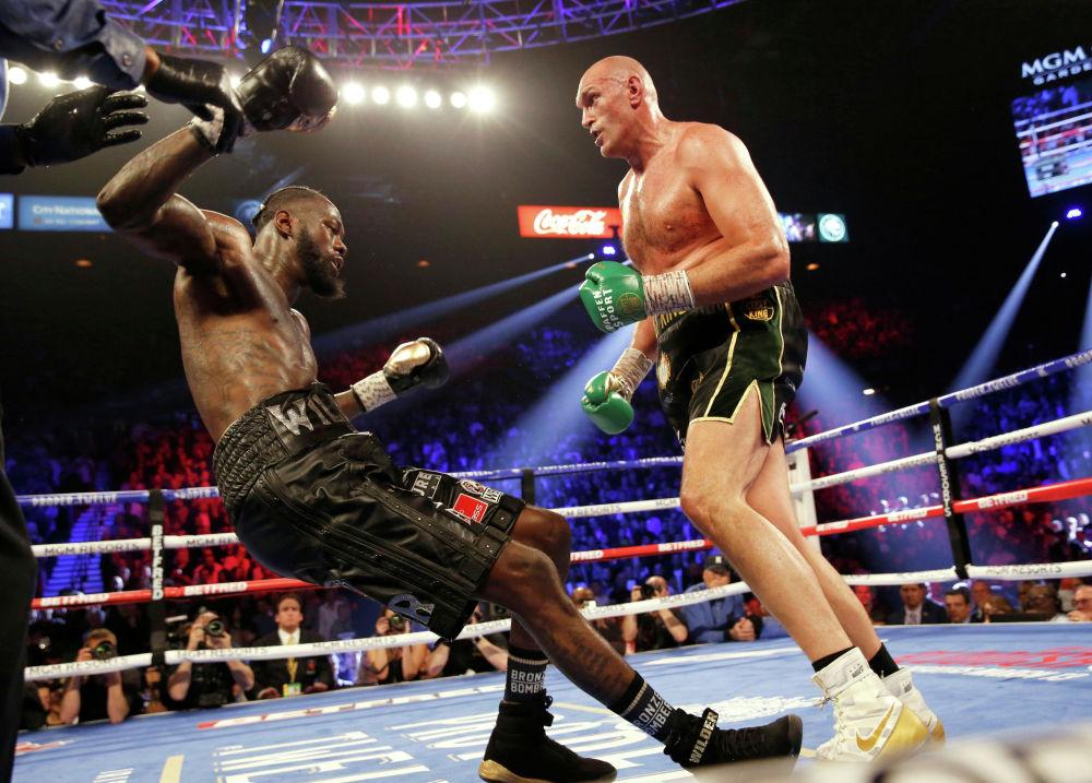 Британский боксер Тайсон Фьюри во время боя с американцем Деонтеем Уайлдером за звание чемпиона WBC в супертяжелом весе в Лас-Вегасе. 22 февраля 2020 года
