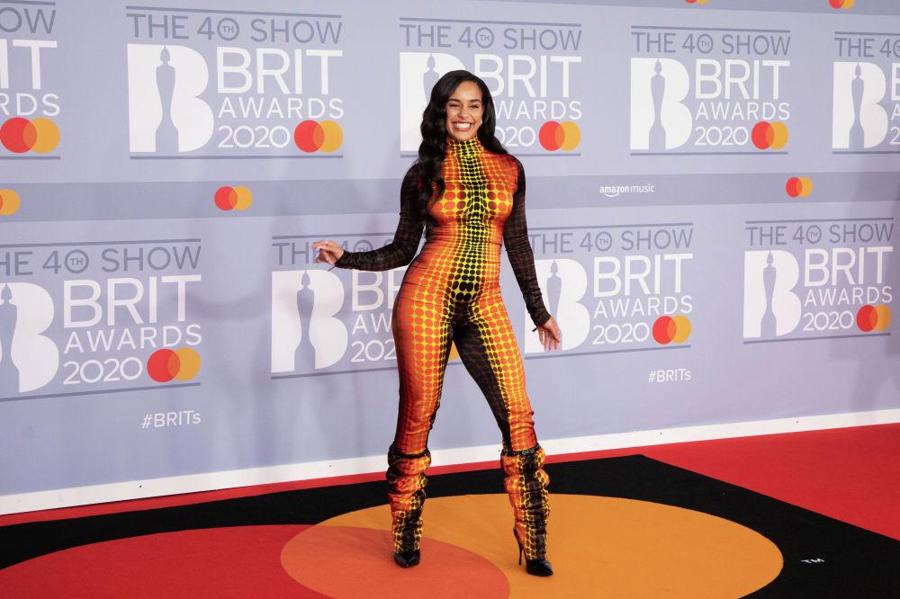 Британская певица Джорджа Смит на красной дорожке премии BRIT Awards 2020 в Лондоне