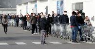Люди стоят в очереди в супермаркете в городе Казальпустерленго, который был закрыт итальянским правительством из-за вспышки коронавируса в северной Италии, 23 февраля 2020 года