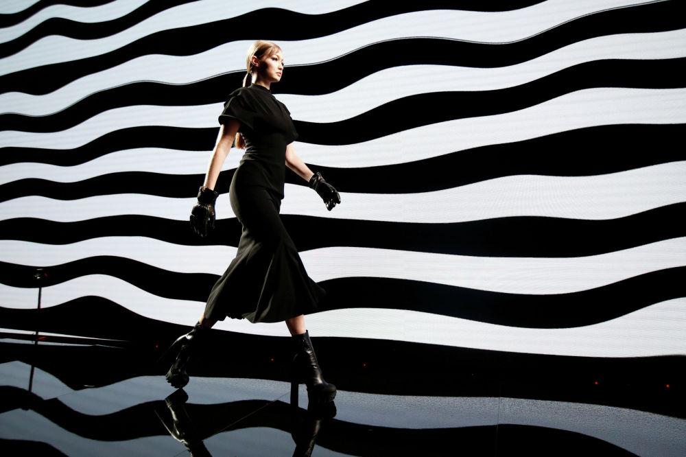 Показ коллекции Versace на неделе моды в Милане (Италия)