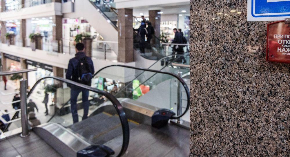 Кнопка пожарной тревоги в торгово-развлекательном центре. Архивное фото