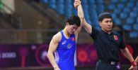 Индиядагы Азия чемпионатынан эркин күрөш боюнча алтын медаль уткан Улукбек Жолдошбеков. Архивдик сүрөт