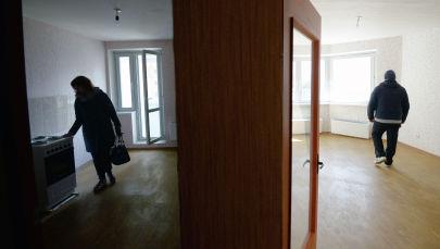 Мужчина и женщина осматривают квартиру. Архивное фото