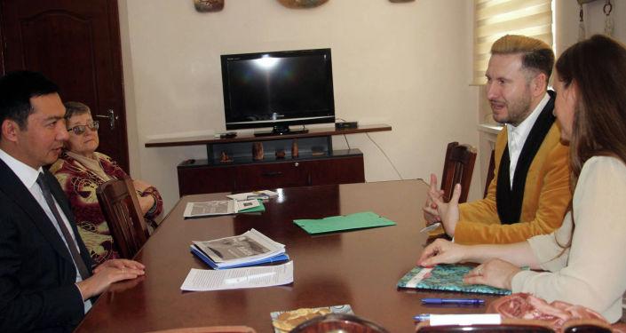 Министр культуры, информации и туризма Азамат Жаманкулов и продюсер словацкой киностудии LECA Production Андрей Антонио Лека во время встречи