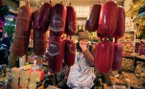 Продавщица продуктов питания на Ортосайском рынке Бишкека. Архивное фото