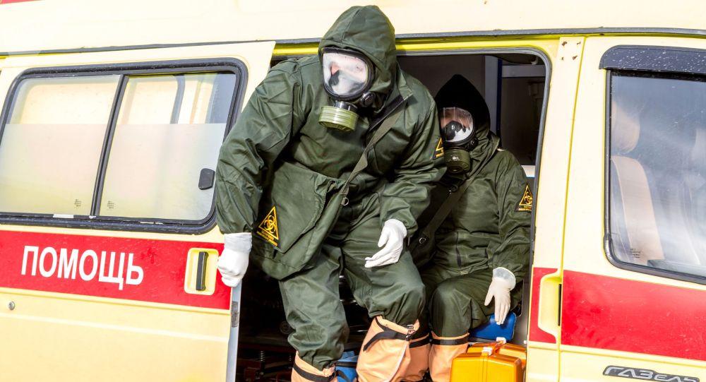 Сотрудники инфекционной больницы во время учений по отработке ситуации с выявлением китайского коронавируса.
