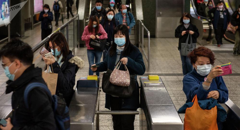 Пассажиры в защитных масках на станции метро. Архивное фото