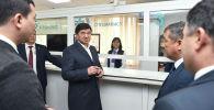 Премьер-министр Кыргызской Республики Мухаммедкалый Абылгазиев возле приемного окна ЦОН