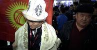 Новоиспеченный чемпион Азии по вольной борьбе Улукбек Жолдошбеков вернулся в Бишкек. В аэропорту он говорил с журналистами не открывая глаз — из-за травмы, полученной во время схватки в четвертьфинале ЧА. Сегодня спортсмена осмотрели окулисты.