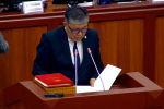 Конституциялык палатанын судьялыгына шайланган Латип Жумабаев парламентте ант берип жатып колун Конституцияга койгонду унутуп калды.