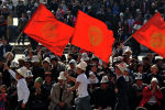Молодые люди несут флаг Кыргызстана. Архивное фото
