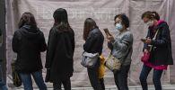 Очередь за защитными масками на одной из улиц в Гонконге. Архивное фото