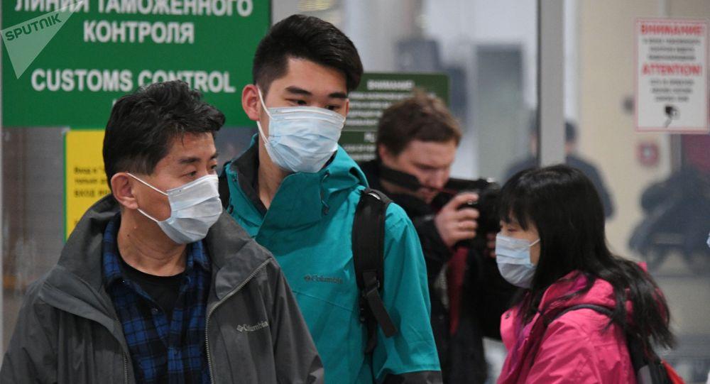 Пассажиры из Китая на таможенном контроле в терминале аэропорта. Архивное фото