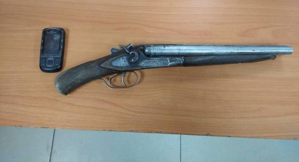 Обрез который найден при подозреваемом, который пытался ограбить супермаркет, расположенный на пересечении проспекта Молодой Гвардии и улицы Фрунзе в Бишкеке