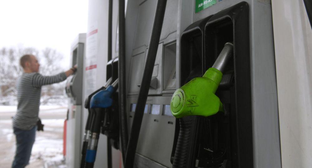 Мужчина оплачивает счет за бензин на одной из автозаправочных станций. Архивное фото