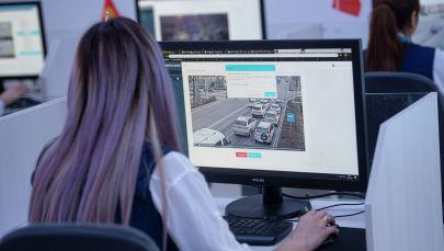 Сотрудница центра мониторинга Главного управления обеспечения безопасности дорожного движения (ГУОБДД)