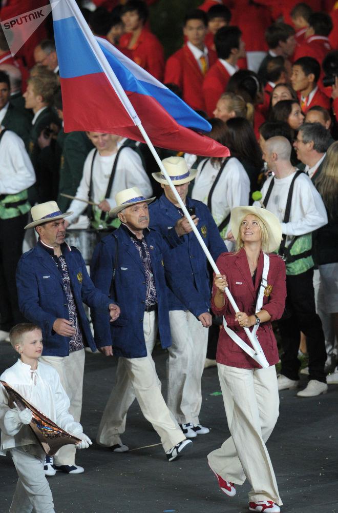 Знаменосец сборной России теннисистка Мария Шарапова в составе российской делегации на церемонии открытия ХХХ летних Олимпийских игр в Лондоне