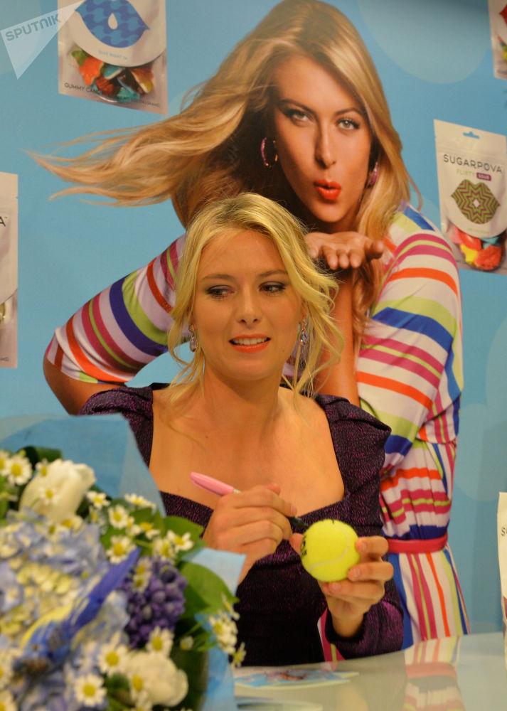 Мария Шарапова представляет конфеты, производимые под принадлежащим ей брендом Sugarpova, 2013 год