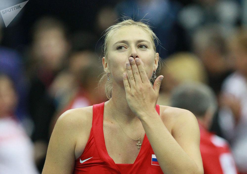 Шарапова радуется победе в матче 1/4 финала розыгрыша Кубка Федерации по теннису, 2012 год