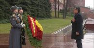 Президент Кыргызстана Сооронбай Жээнбеков возложил цветы к Могиле Неизвестного солдата в Москве. Он прибыл в Россию с рабочим визитом.