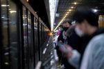 Горожане ждут поезд на станции метро в Шанхае