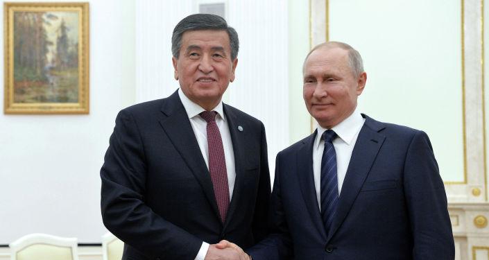 Президент Кыргызстана Сооронбай Жээнбеков во время встречи с главой России Владимиром Путиным