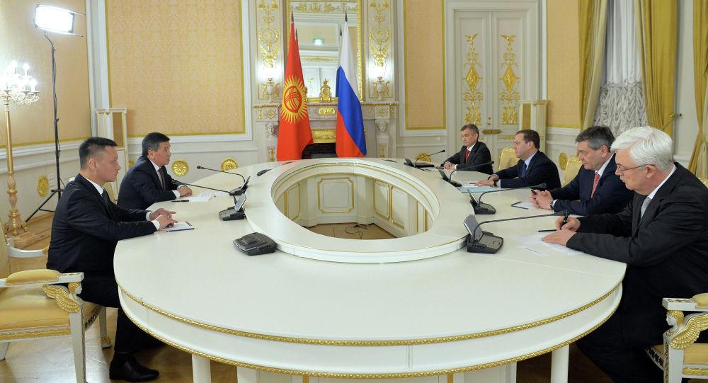Президент Кыргызстана Сооронбай Жээнбеков во время встречи с заместителем председателя Совета безопасности Российской Федерации Дмитрием Медведевым