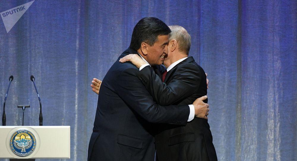 Президент РФ Владимир Путин и президент КР Сооронбай Жээнбеков на церемонии открытия перекрестного года в Москве