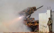 Турецкая военная мобильная ракетная пусковая установка ведет огонь в направлении сирийских правительственных сил в Идлибе. 14 февраля 2020 года