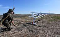 Военнослужащий запускает беспилотный летательный аппарат. Архивное фото