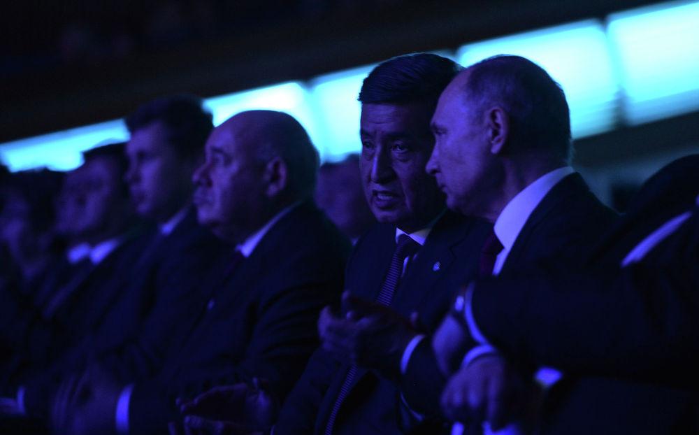 Президенты Кыргызстана и России Сооронбай Жээнбеков и Владимир Путин на церемонии открытия перекрестного года Кыргызстана и России в Государственном Кремлевском дворце Москвы
