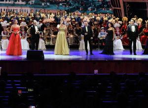 Артисты выступают на церемонии открытия перекрестного года Кыргызстана и России в Государственном Кремлевском дворце Москвы
