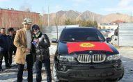 Вручение ключей от внедорожника BMW чемпиону Азии по вольной борьбе до 61 килограмм Улукбеку Жолдошбекову в Нарыне