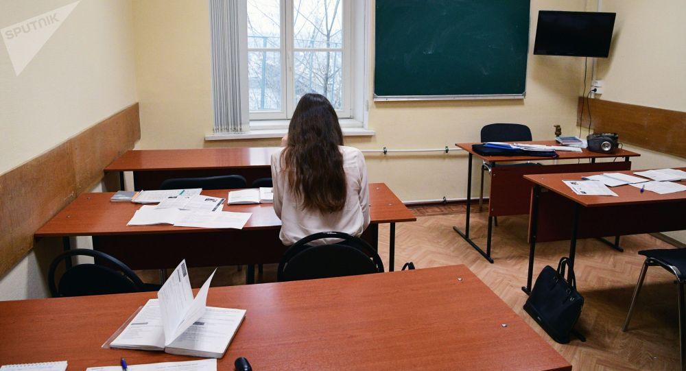 Девушка сидит за партой в одной из аудиторий. Архивное фото