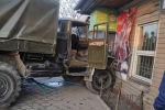 Бишкекте аскерлер бараткан унаа дүкөндү сүзүп кетти
