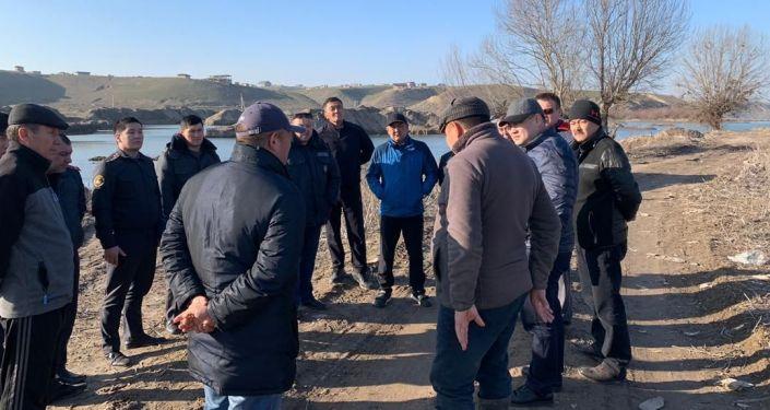 Полпред Чуйской области Алтынбек Намазалиев у реки Аламедин, в которую сбросили неизвестное вещество