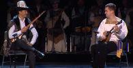 Комузист и балалаечник виртуозно сыграли дуэтом на концерте в Кремле.