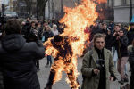 Участник акции протеста у офиса Зеленского в Киеве поджег на себе одежду.