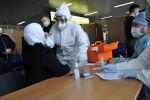 Медицина кызматкерлери Манас аэропортунда шектүүлөрдү текшерүүдө. Архивдик сүрөт