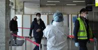 Медицинские работники во время учений на случай выявления человека с коронавирусом в аэропорту Манас. Архивное фото
