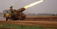 Турецкая военная мобильная ракетная установка стреляет вблизи деревни Мизназ на западной окраине сирийской провинции Алеппо по позициям сирийских правительственных сил в провинции Алеппо. 14 февраля 2020 года